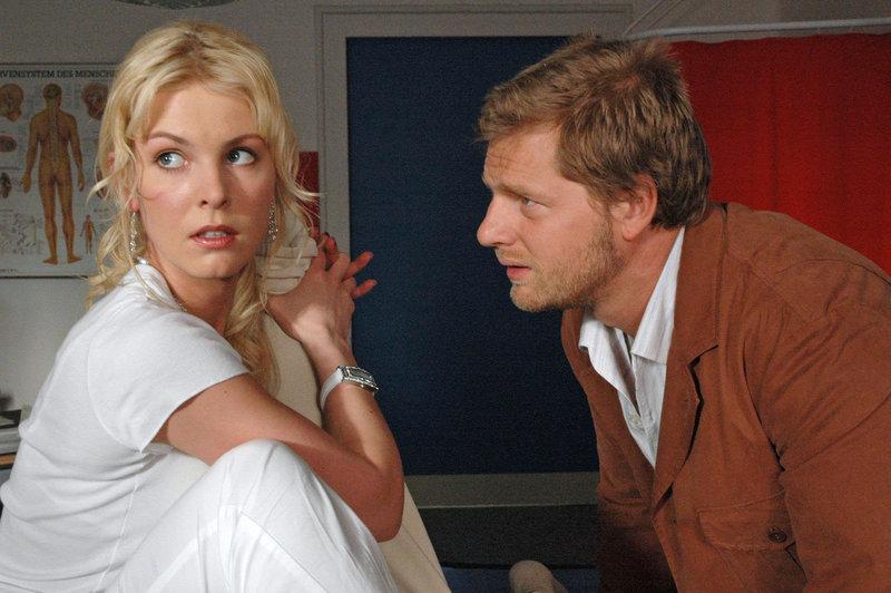 Jakob (Henning Baum, r.) hat nur Augen für Katharinas hübsche Freundin Marie (Yvonne Schönherr, l.) ... – Bild: Sat.1