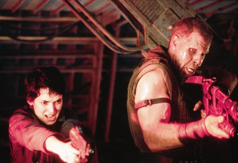 Im Kampf ums Überleben arbeiten sogar Annalee Call (Winona Ryder, l.) und der arrogante Johner (Ron Perlman, r.) zusammen ... – Bild: 4+