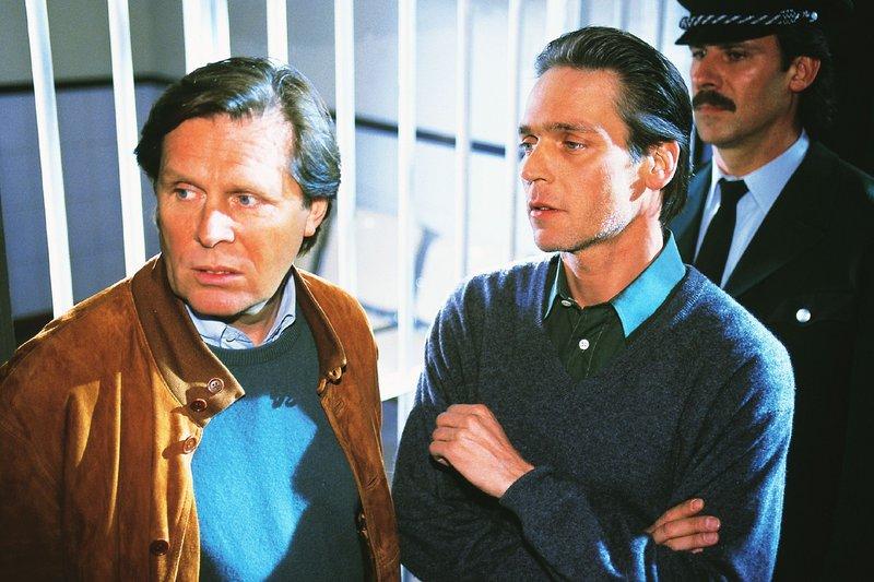 Dr. Stefan Frank (Sigmar Solbach) trifft sich ein letztes Mal mit Dr. Jan Winter (Jacques Breuer) in der U-Haft. – Bild: RTLplus