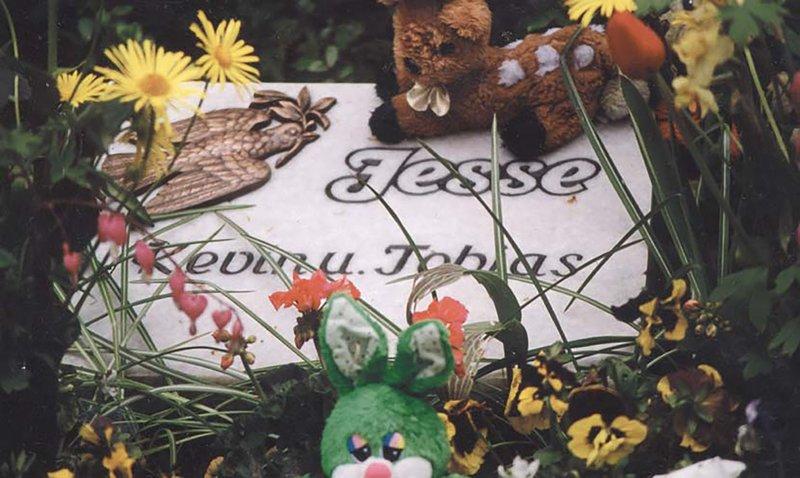Die mit dem Deutschen Filmpreis ausgezeichnete Dokumentation rollt den Sensationsfall von Daniela Jesse auf. Die damals 23-Jährige ließ 1999 ihre zwei und drei Jahre alten Söhne allein in der Wohnung zurück. Weil die Nachbarn nichts davon mitbekamen und sich niemand um die beiden Jungen kümmerte, verdursteten sie qualvoll. Daniela Jesse erhielt am Ende eines spektakulären Prozesses eine lebenslange Freiheitsstrafe. – Bild: MG RTL D / Zero Film