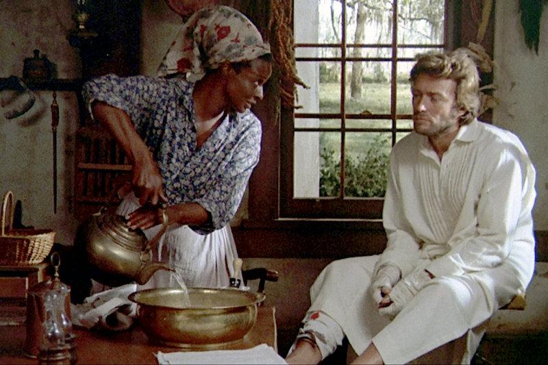 Der verletzte Nordstaaten-Soldat John McBurney (Clint Eastwood) fragt sich, inwieweit die Bedienstete Hallie (Mae Mercer) zu ihm hält. – Bild: ZDF / © 1970 Universal Pictures and The Malpaso Company
