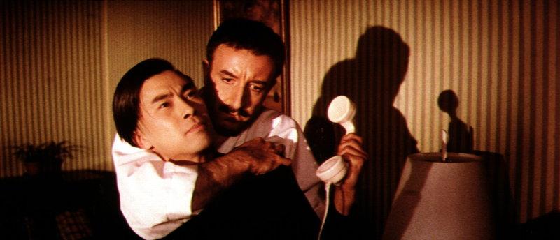 Bei seinen Ermittlungen muss Inspektor Clouseau (Peter Sellers, re.) hin und wieder zu nicht ganz sanften Mitteln greifen, was der Diener Kato (Burt Kwouk, li.) zu spüren bekommt ... – Bild: kabel eins Classics