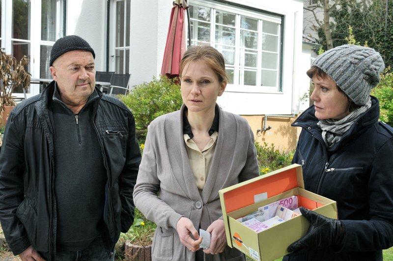 L-R: Otto Garber (Florian Martens), Birgit Keller (Lisa Hagmeister) and Verena Berthold (Maja Maranow) – Bild: S: Sky Krimi / Die Verwendung ist nur bei redak / ZDF / © ZDF/Katrin Knoke