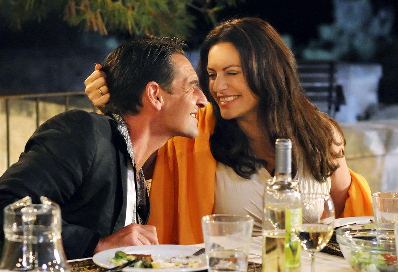 Bella Sommer (Christine Neubauer) kann sich für den Hallodri Ramon Delgado (Max Tidof) nicht erwärmen. – Bild: ORF