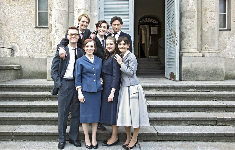 Die Klasse v.l.: Christian (Alexander Pensel), Rüdiger (Vincent Redetzki), Anke (Isabel Bongard), Guido (Nicolaas van Diepen), Eva (Jella Haase), Eckhardt (Johannes Klaußner), Heidi (Sarah Horvath) – Bild: rbb/NDR/Anna Schwarz