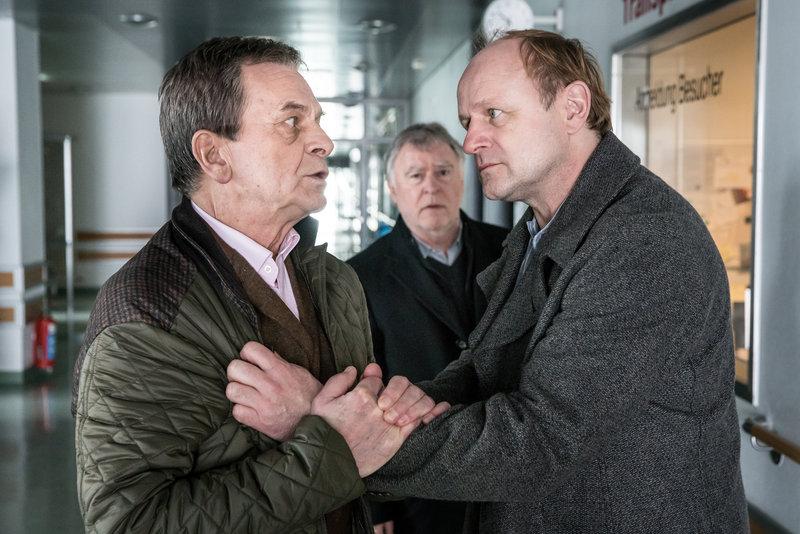 August Bermann (Ralf Dittrich, l.), Hajo Trautzschke (Andreas Schmidt-Schaller, M.) und Fritz Bermann (Oliver Stokowski, r.). – Bild: ZDF und Uwe Frauendorf