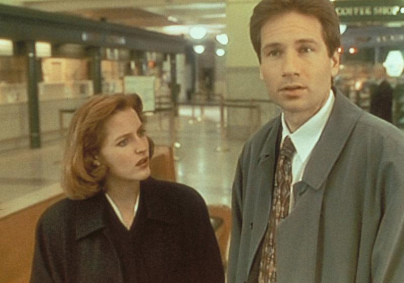 Am Bahnhof von Richmond versuchen Scully (Gillian Anderson, l.) und Mulder (David Duchovny, r.), einen Mann ausfindig zu machen, der dort offenbar seine Opfer aussucht, die er später entführt. – Bild: ProSieben MAXX