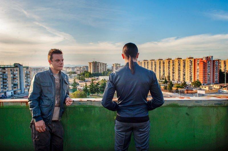 Rosario (Lino Musella, li.) und Conte (Marco Palvetti) über den Dächern ihres Viertels. – Bild: ORF2