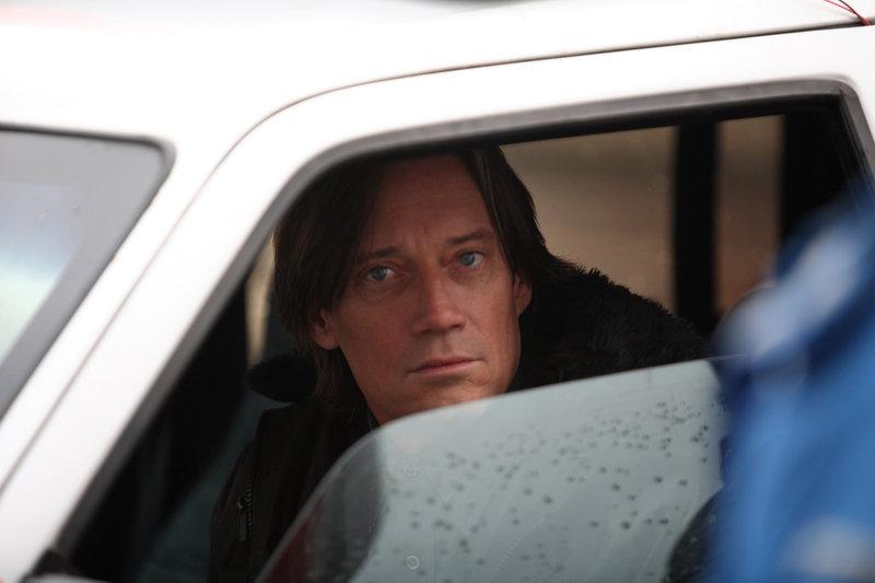 Sheriff Bradley (Kevin Sorbo) ahnt, dass etwas nicht stimmt. Doch niemand nimmt seine Warnungen ernst. – Bild: SIMS