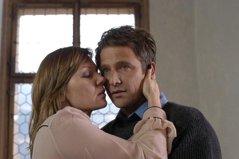 Markus Etz (Manou Lubowski) hat eine Pechsträhne - seine Freundin Stefanie (Antje Schmidt) spricht ihm Mut zu. – Bild: ZDF und Bernd Schuller