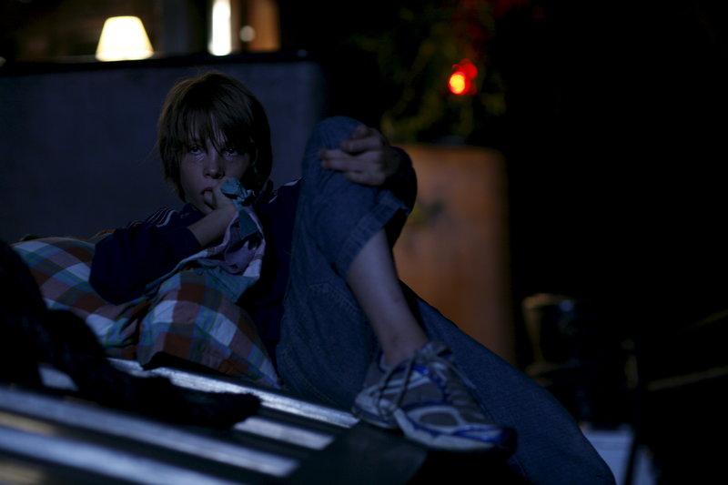 Louis (Steve Le Roi) lebt gemeinsam mit seinem Bruder auf einem Lastkahn. – Bild: ZDF und Roger Do Minh