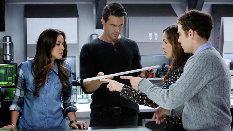 Skye (Chloe Bennet, li.), Ward (Brett Dalton, 2.v.li.), Simmons (Elizabeth Henstridge) und Fitz (Iain de Caestecker) – Bild: RTL II