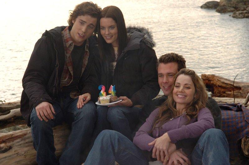 Nick (Eric Lively,2.v.l.) macht mit seiner Freundin Julie (Erica Durance) und seinen beiden Freunden Trevor (Dustin Milligan) und Amanda (Gina Holden) einen Ausflug zum See. – Bild: ATV2