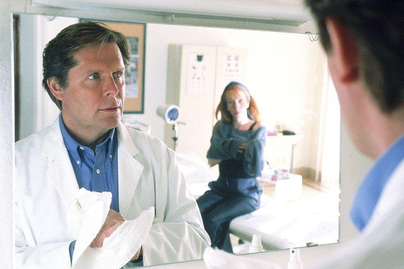 Dr. Stefan Frank (Sigmar Solbach) hat seine hochschwangere Patientin Patricia Gattinger (Nicole Spieckermann) untersucht. Sie und ihr Mann Bernd freuen sich riesig auf das Baby. – Bild: RTL Passion