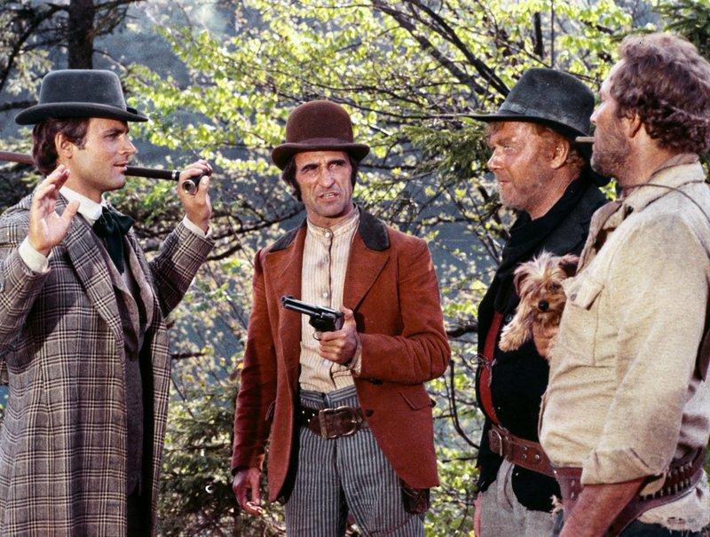 (v.l.:) Hände hoch! Joseph (Terence Hill) macht Bekanntschaft mit Monkey (Dominic Barto), Holy Joe (Harry Carey Jr.) und Bull (Gregory Walcott). – Bild: TMG