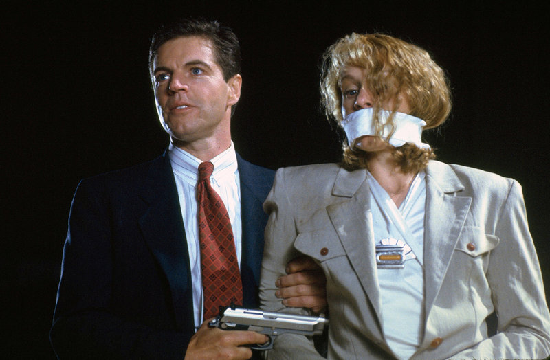 Louis Strack Jr. (Colin Fries) bedroht Julie (Frances McDormand) mit einer Waffe.. – Bild: RTL Zwei