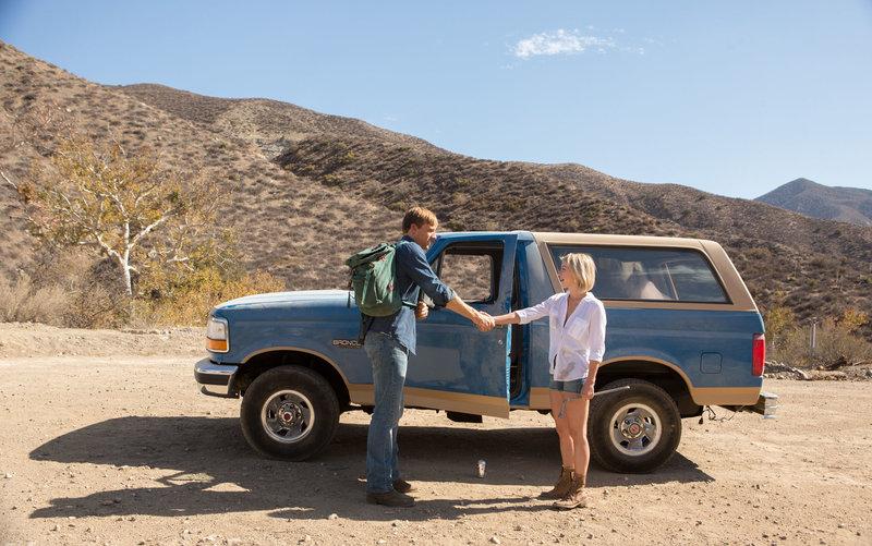 Als Mallory (Julianne Hough) eine Autopanne hat, hilft ihr der hilfsbereite Anhalter Christian (Teddy Sears). Als Dankeschön nimmt sie ihn mit, was sich bald als großer Fehler erweisen wird. – Bild: Universal Pictures