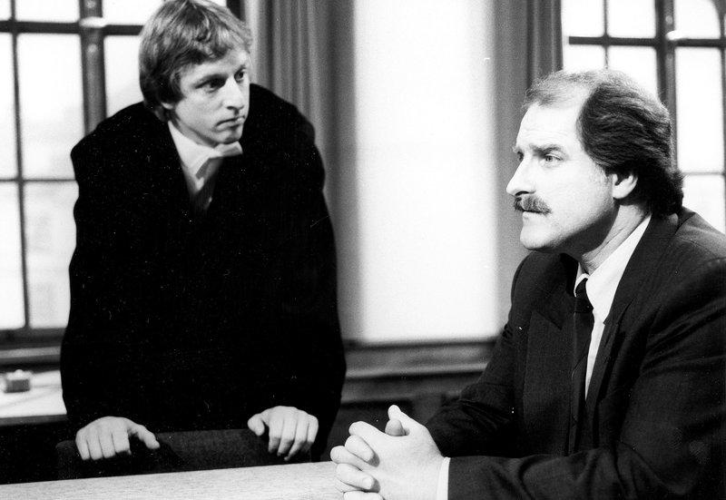 """Von links: Staatsanwalt Kainz (Norbert Mahler) und Frank Densinger, genannt die """"Kobra"""" (Bernd Helfrich). – Bild: Bayerisches Fernsehen"""