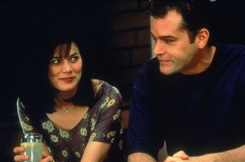Die einzige Hoffnung für David Krane (Ray Liotta), seine Unschuld zu beweisen, ist die Wissenschaftlerin Dr. Martha Briggs (Linda Fiorentino). Sie hat ein Hirnserum entwickelt, mit dem man die Erlebnisse anderer Menschen nacherleben kann... – Bild: RTL
