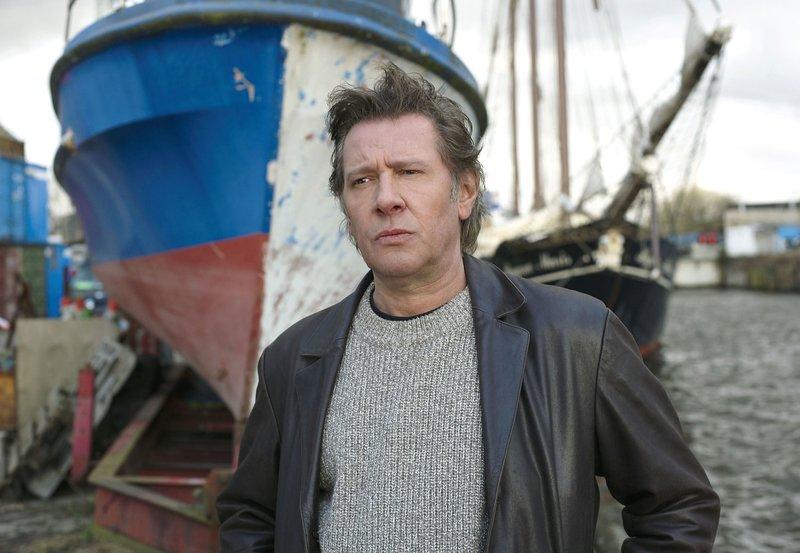 """Dirk Matthies (Jan Fedder) braucht dringend einen Kredit - er will die """"Oberspritzenmeister Rebsold"""", ein gut restauriertes Schiff und eine kleine Berühmtheit in Hamburg, kaufen. – Bild: NDR"""