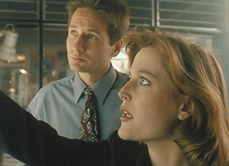 Mulder (David Duchovny, l.) und Scully (Gillian Anderson, r.) stellen bei ihren Recherchen über eine Mordserie in Aubrey, Missouri, fest, dass es dort schon vor 50 Jahren ähnliche Morde gab und der damalige Täter heute wieder auf freiem Fuß ist. – Bild: ProSieben MAXX