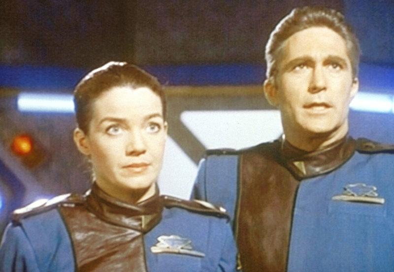 Lieutenant Commander Ivanova (Claudia Christian, l.) und Commander Sinclair (Michael O'Hare, r.) beobachten in der Kommandozentrale, daß sich außerirdische Raumschiffe Babylon 5 nähern. – Bild: ProSieben MAXX
