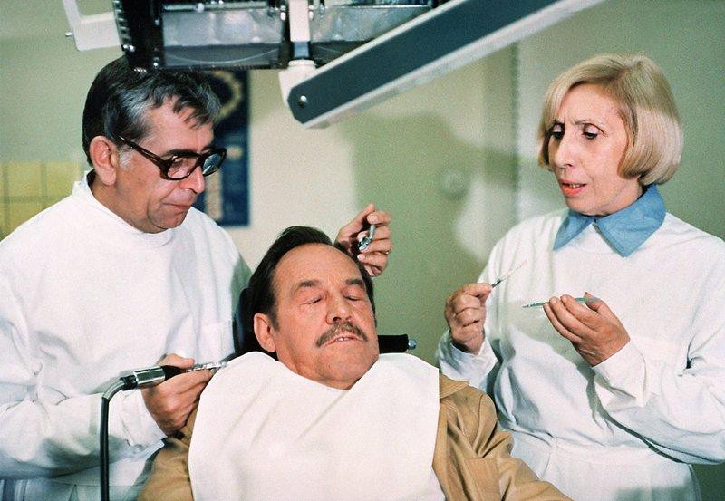 00 Uhr. Agnes Kraus (rechts), Herbert Köfer (Mitte) und Vlasimil Brodsk. – Bild: NDR/MDR/DRA