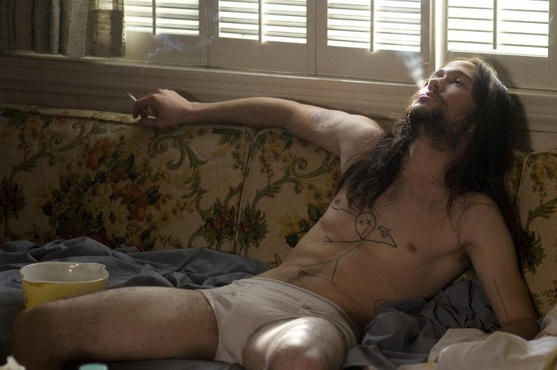 Der rebellische Mittzwanziger Hesher (Joseph Gordon-Levitt) ist ein Außenseiter. Meist vertreibt er sich die Zeit mit Pornos, lauter Musik und Brandstiftung ... – Bild: Koch Media GmbH Lizenzbild frei