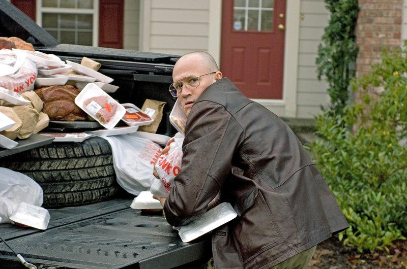 Der reiche Geschäftsmann Grant (Michael Rooker) fängt eines Tages an, sich sehr merkwürdig zu verhalten.. – Bild: RTL II