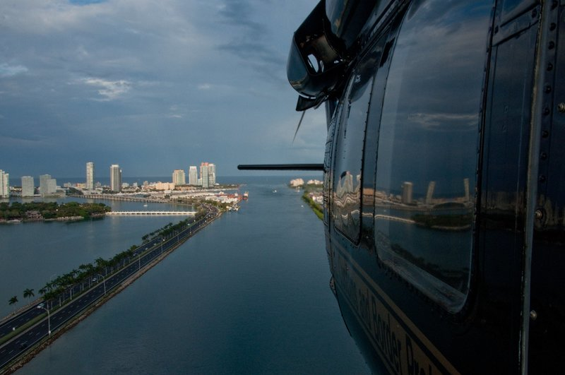 Miami, FL, USA: Agents flying a helicopter above Miami to patrol or illegal activity. – Bild: NGT / Kevin Cunningham