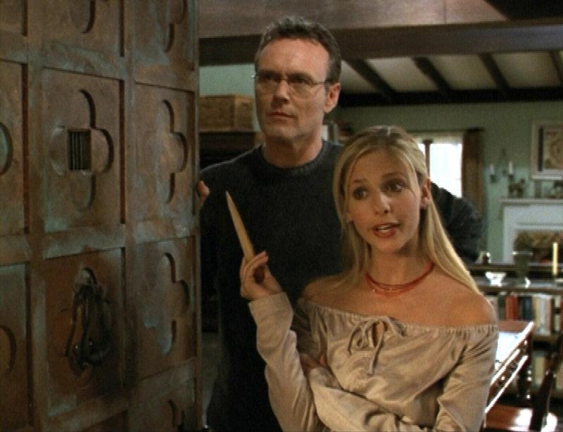 Giles (Anthony Stewart Head, l.) und Buffy (Sarah Michelle Gellar, r.) bekommen überraschenden Besuch zu Thanksgiving. – Bild: sixx