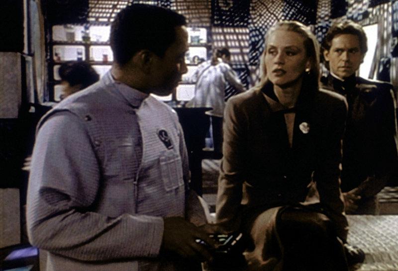 Die Telepathin Talia Winters (Andrea Thompson, M.) ist auf einem Gang mit Morden zusammengetroffen und in einen Schockzustand versetzt worden. Sie wird von Dr. Franklin (Richard Biggs, l.) untersucht. Zack Allen (Jeff Conaway, r.), ein Mann vom Sicherheitsdienst, hört mit an, was Talia Winters Dr. Franklin schildert. – Bild: ProSieben MAXX