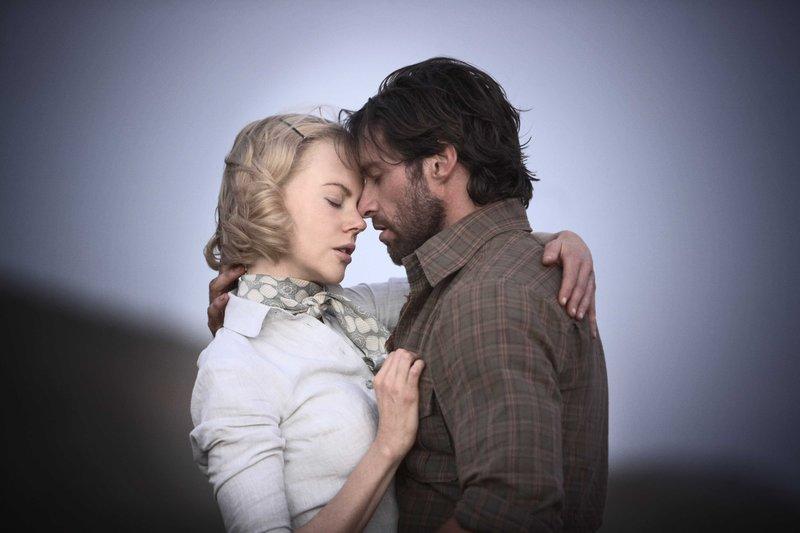 Trotzdem sie unterschiedlicher nicht sein könnten, finden die Aristokratin Sarah (Nicole Kidman) und der Viehtreiber Drover (Hugh Jackman) durch den gemeinsamen Kampf um die Farm zusammen. – Bild: S1