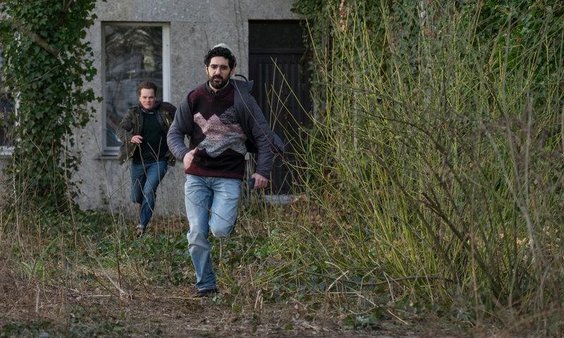 Der syrische Flüchtling Ahmad Sameer (Reza Brojerdi, r.) gerät unter Verdacht. Als Tom Kupfer (Ludwig Blochberger, l.) ihn deswegen befragen möchte, flüchtet er. – Bild: ZDF und Erika Hauri