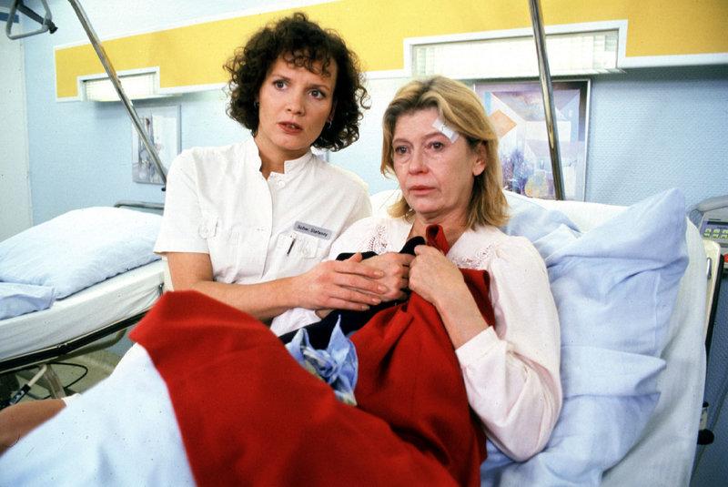 Stefanny (Julia Hentschel, l.) kümmert sich liebevoll um Irene Kestner (Lisa Kreuzer, r.), die einen verwirrten Eindruck macht ... – Bild: Sat.1 Eigenproduktionsbild frei