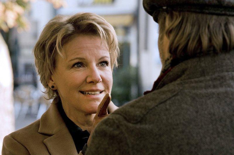 Unter einem Vorwand nimmt Fanny (Mariele Millowitsch) Kontakt zu dem Spieleerfinder Christian (Jan-Gregor Kremp) auf. – Bild: SWR/ARD Degeto/Jan Betke
