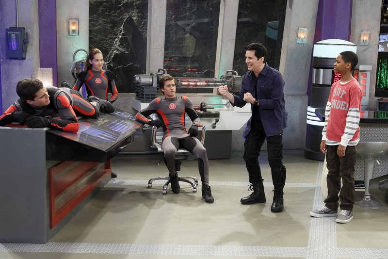 """LAB RATS - """"The Rats Strike Back"""" - The Lab Rats confide in Leo their frustrations at having to constantly train and their desire to do normal teenage things. Leo explains the concept of going on strike so they face off against Davenport, who then calls their strike bluff and raises the stakes by recruiting Leo as a Lab Rat """"scab"""" for an upcoming demonstration. This new episode of """"Lab Rats,"""" the hit bionic comedy series, premieres MONDAY, APRIL 8 (9:00-9:30 p.m., ET/PT) on Disney XD. (DISNEY XD/BRUCE BIRMELIN) SPENCER BOLDMAN, KELLI BERGLUND, BILLY UNGER, HAL SPARKS, TYREL JACKSON WILLIAMS – Bild: Disney / © 2013 The Walt Disney Company Germany"""