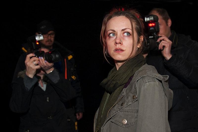 Eva M. (Alice Dwyer), wie sie von den Zeitungen genannt wird, soll ihr Baby getötet haben. – Bild: SWR / © SWR/Stephanie Schweigert