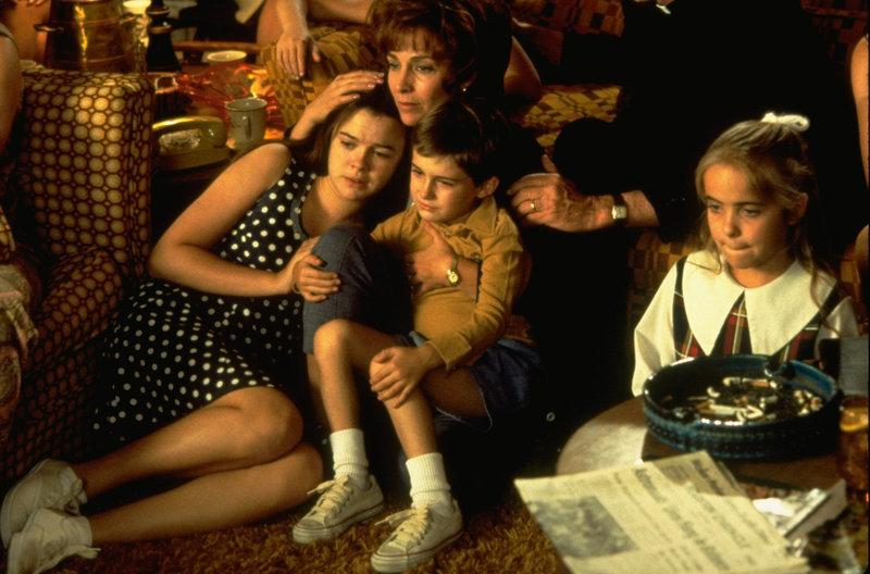 Mit ihren Kindern (Darsteller nicht bekannt) verfolgt Marilyn (Kathleen Quinlan, 2.v.l.) am Fernseher die dramatischen Ereignisse des Apollo 13-Flugs. – Bild: kabel eins Classics