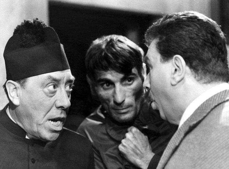 """""""Genosse Don Camillo"""", Als eine Delegation des kommunistischen Stadtrats nach Moskau reist, fürchtet Don Camillo um das Seelenheil der Bürger seines Heimatstädtchens. Um allen Gefahren vorzubeugen, erscheint er als Camillo Tarocci mit Parteibuch am Flughafen. Zu spät erkennt Peppone die Täuschung. Ungehindert reist Genosse Don Camillo nach Russland und stellt dort die Partei auf den Kopf.Im Bild (v.li.): Fernandel (Don Camillo), Gino Cervi (Peppone). SENDUNG: ORF3 - SO - 16.04.2017 - 17:35 UHR. - Veroeffentlichung fuer Pressezwecke honorarfrei ausschliesslich im Zusammenhang mit oben genannter Sendung oder Veranstaltung des ORF bei Urhebernennung. Foto: ORF/Kineos. Anderweitige Verwendung honorarpflichtig und nur nach schriftlicher Genehmigung der ORF-Fotoredaktion. Copyright: ORF, Wuerzburggasse 30, A-1136 Wien, Tel. +43-(0)1-87878-13606 – Bild: ORF"""
