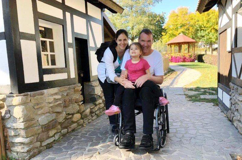 Thorsten Ren, seine Lebensgefährtin Simone Justi und Tochter Haley. – Bild: HR