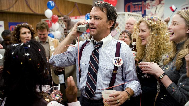 Der texanische Kongressabgeordnete Charlie Wilson (Tom Hanks) bei der Wahl-Party – Bild: RTL II