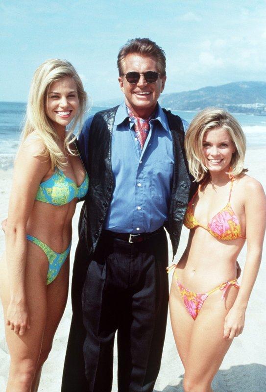 Jessie (Brooke Burns, l.) und April (Kelly Packard) haben am Strand George Hamilton (George Hamilton) aufgetan! – Bild: Nitro.