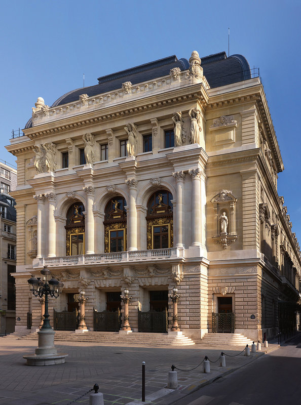 Die Opéra Comique ist neben der Opéra de Paris und der Comédie-Française eine der bedeutendsten und ältesten Theaterinstitutionen Frankreichs. – Bild: ARTE France / © Sabine Hartl/Olaf-Daniel Meyer