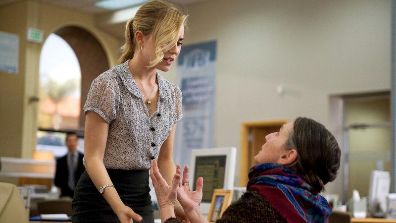 Die Bankangestellte Christine Brown (Alison Lohman, li.) verweigert Mrs. Ganush (Lorna Raver) einen Kredit... – Bild: RTL II