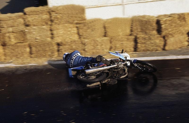 Ein Freund des Fotoreporters Christian (Bruno Raffaelli) verunglückt bei einem Motorradrennen tödlich. Christian verkauft die Fotos für ein Vermögen an eine Zeitschrift. – Bild: ZDF und Ullstein
