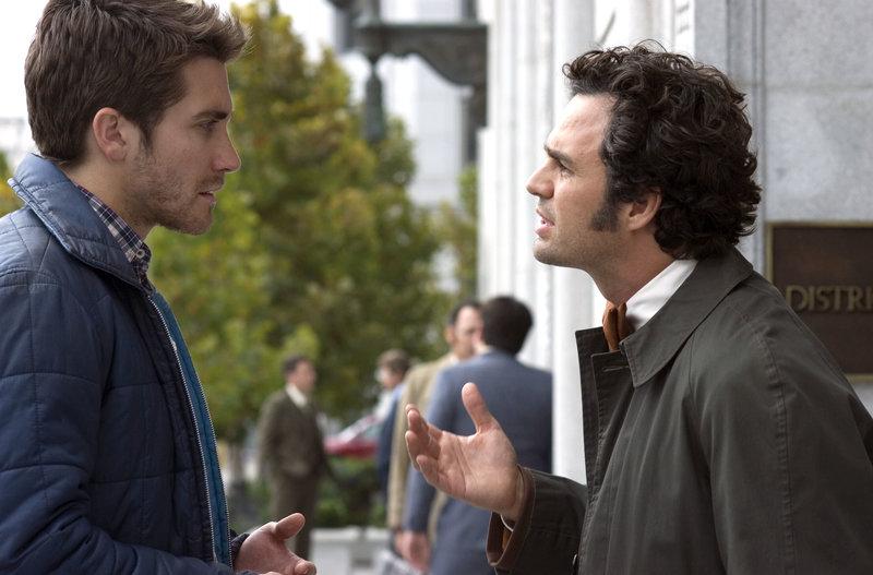 Inspector David Toschi (Mark Ruffalo, re.) im Gespräch mit Robert Graysmith (Jake Gyllenhaal) – Bild: RTL Zwei