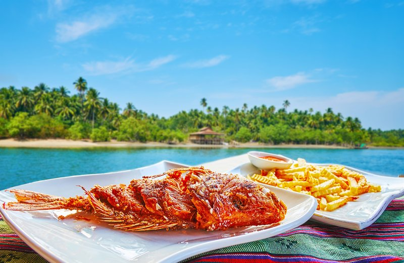 Chaung Tha resort boasts numerous cafes and restaurants, offering best local dishes, such as deep fried fish with spices, herbs, different sauces and French fries, Myanmar. – Bild: ? depositphotos