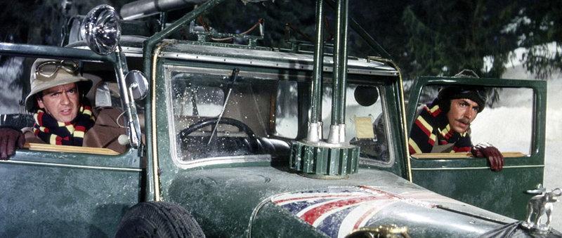 Major Digby Dawlish (Peter Cook, r.) und Lieutenant Kit Barrington (Dudley Moore) haben ihren Wagen mit zahlreichen Erfindungen verbessert. – Bild: MDR/Paramount Pictures/Gabor Pogany