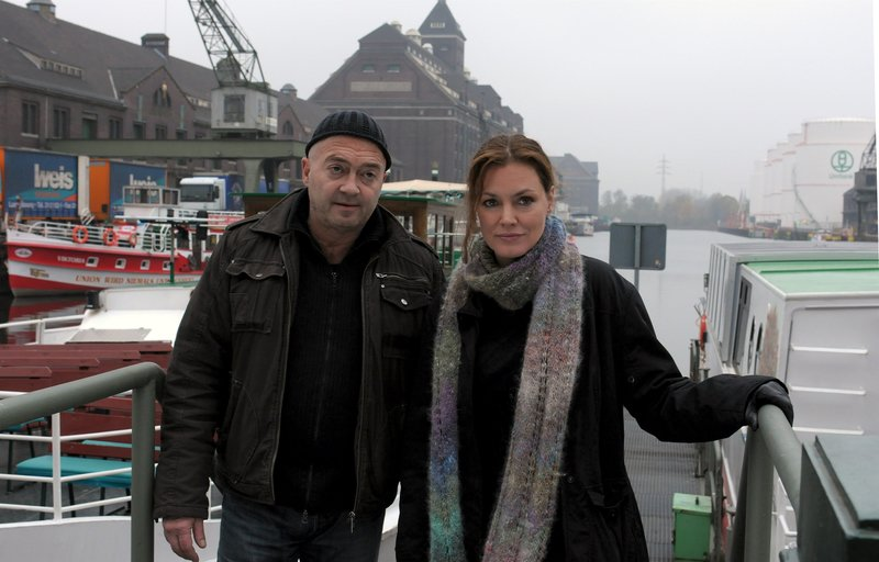 Otto (Florian Martens) und Verena (Maja Maranow) auf dem Weg zum Arbeitsplatz des Toten, einer Reederei. . – Bild: Katrin Knoke / © ZDF/Katrin Knoke